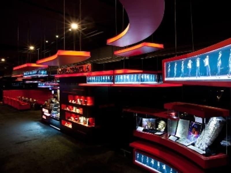赤と黒が印象的なMJカフェ内観イメージ(c)Ponte16