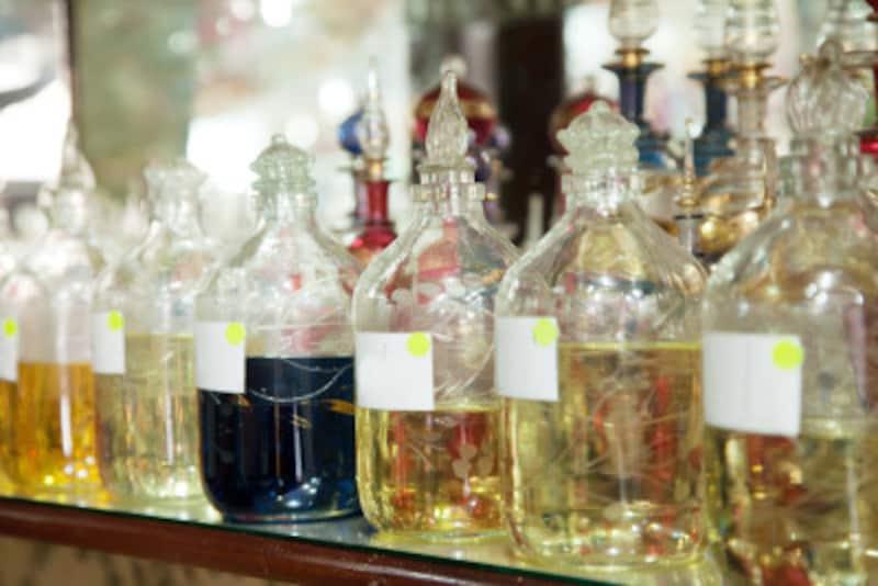 香油とは、香りのするオイルのことで、宗教上アルコールを使用しないアラブ諸国を中心に、古くから愛用されています。
