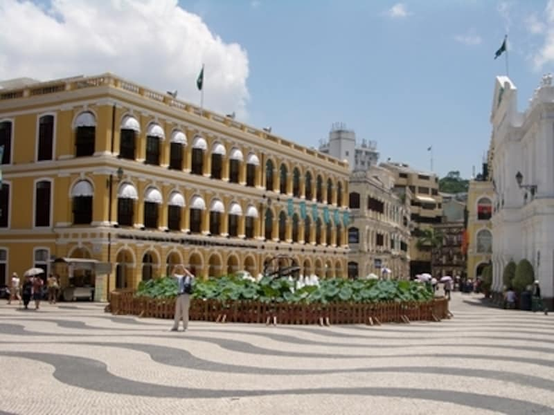 セナド広場では左の黄色い建物にある観光案内所にアンテナが設置されている