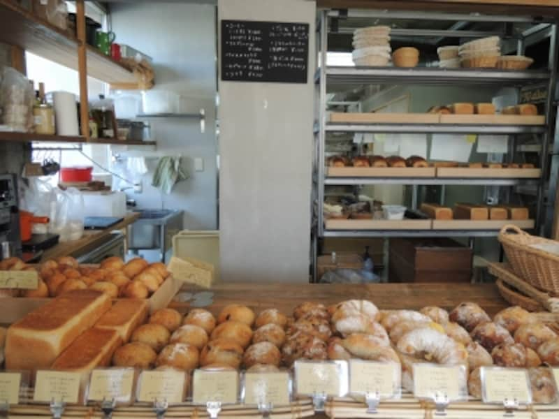 パンが次々焼き上がって並んでいく