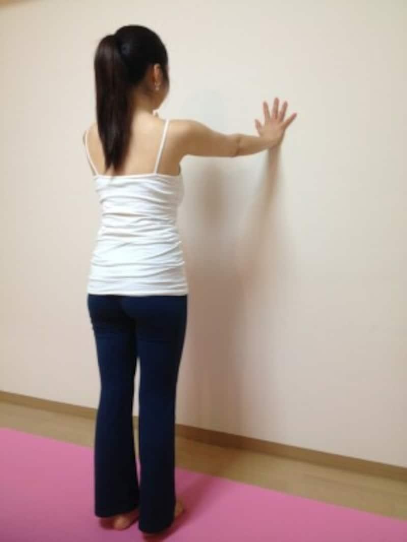 1.壁に向かってまっすぐ立ち、両手を壁につく