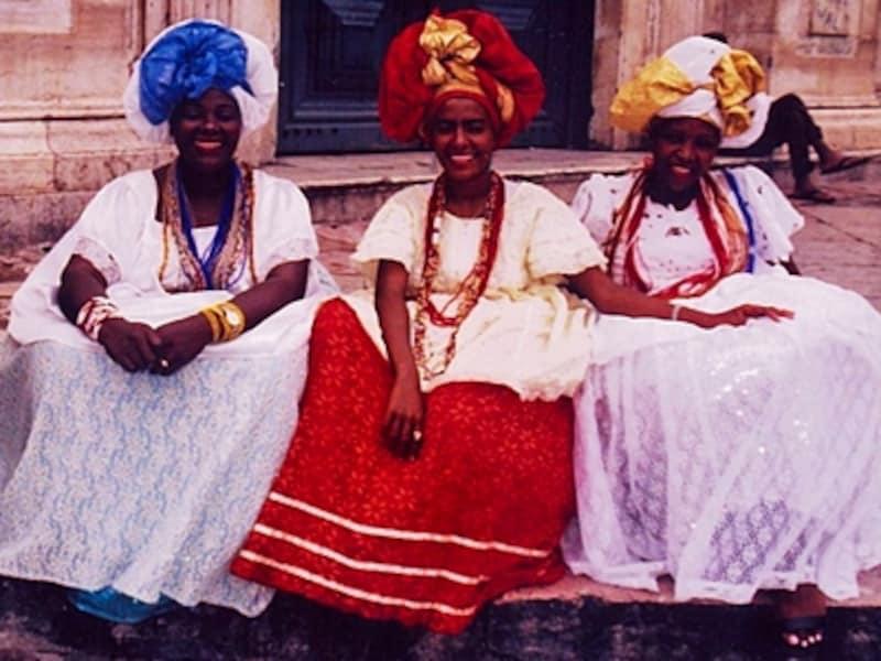 サルバドールの民族衣装を着た女性たち