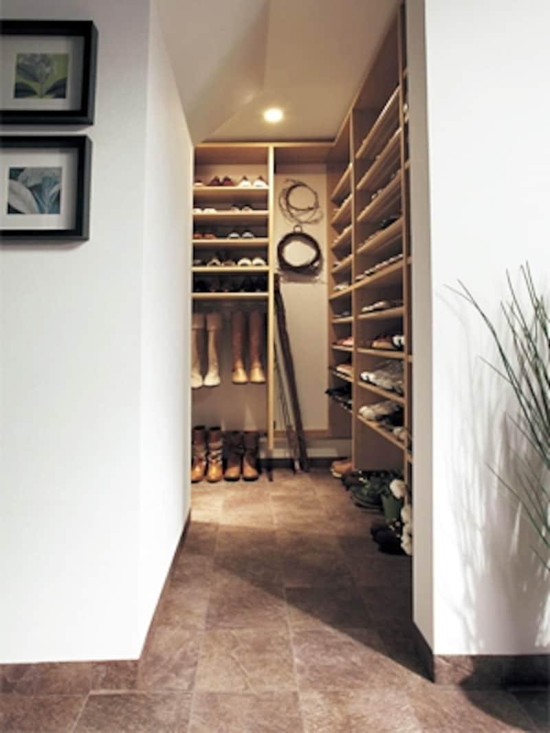 玄関脇のシュークローゼット。コートなどが収納できるようクロークの機能を付加すれば更に便利(パナソニック)