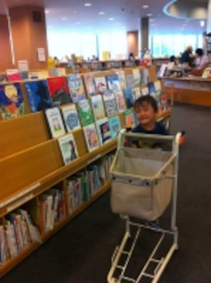 図書館の絵本コーナーの写真
