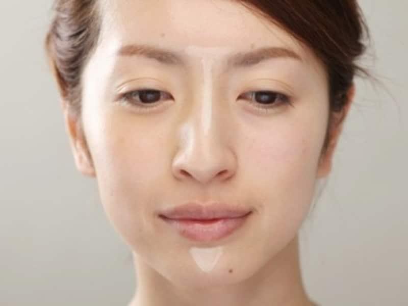 肌色より明るいコンシーラーを鼻筋と顎先に塗れば、その効果はまるで整形級!