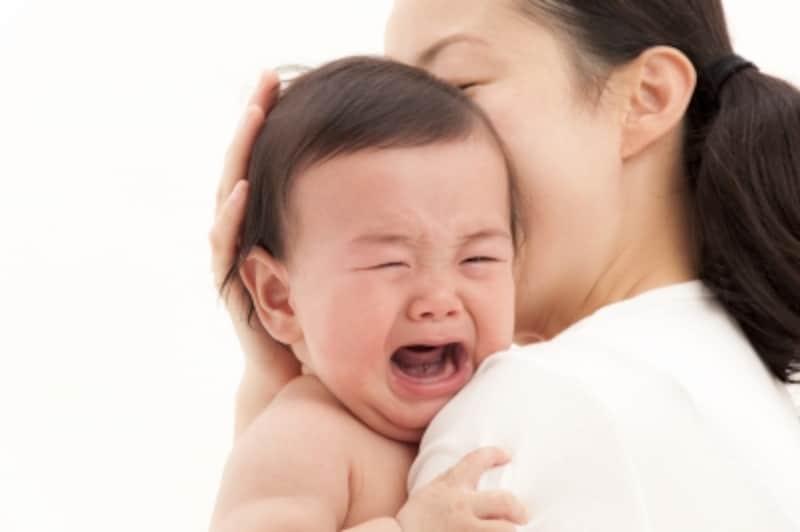 泣いている赤ちゃんをあやす母親