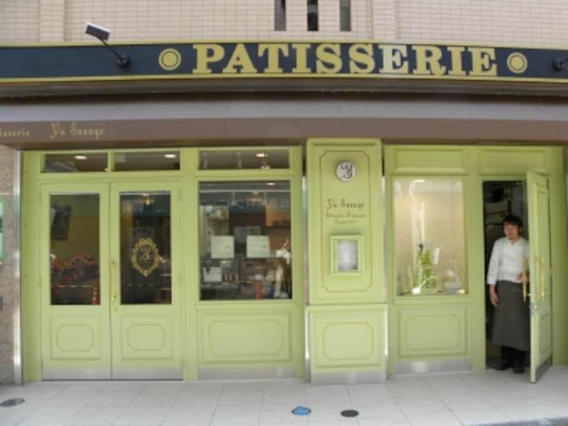 パステルグリーンの外観やショーケースに飾られたマカロンタワーが目をひく「パティスリーユウササゲ」