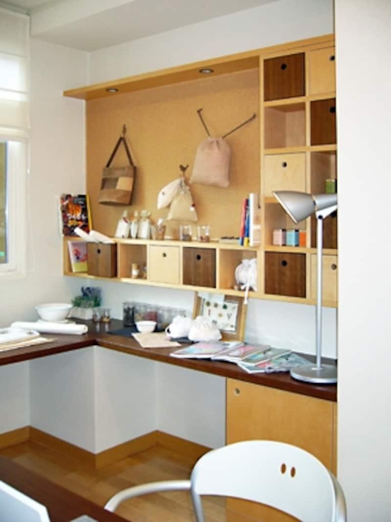 壁にカウンターをぐるりとまわして広々としたデスクに。キャビネットや本棚も自分が使いやすいように取り付けて(三井ホーム)