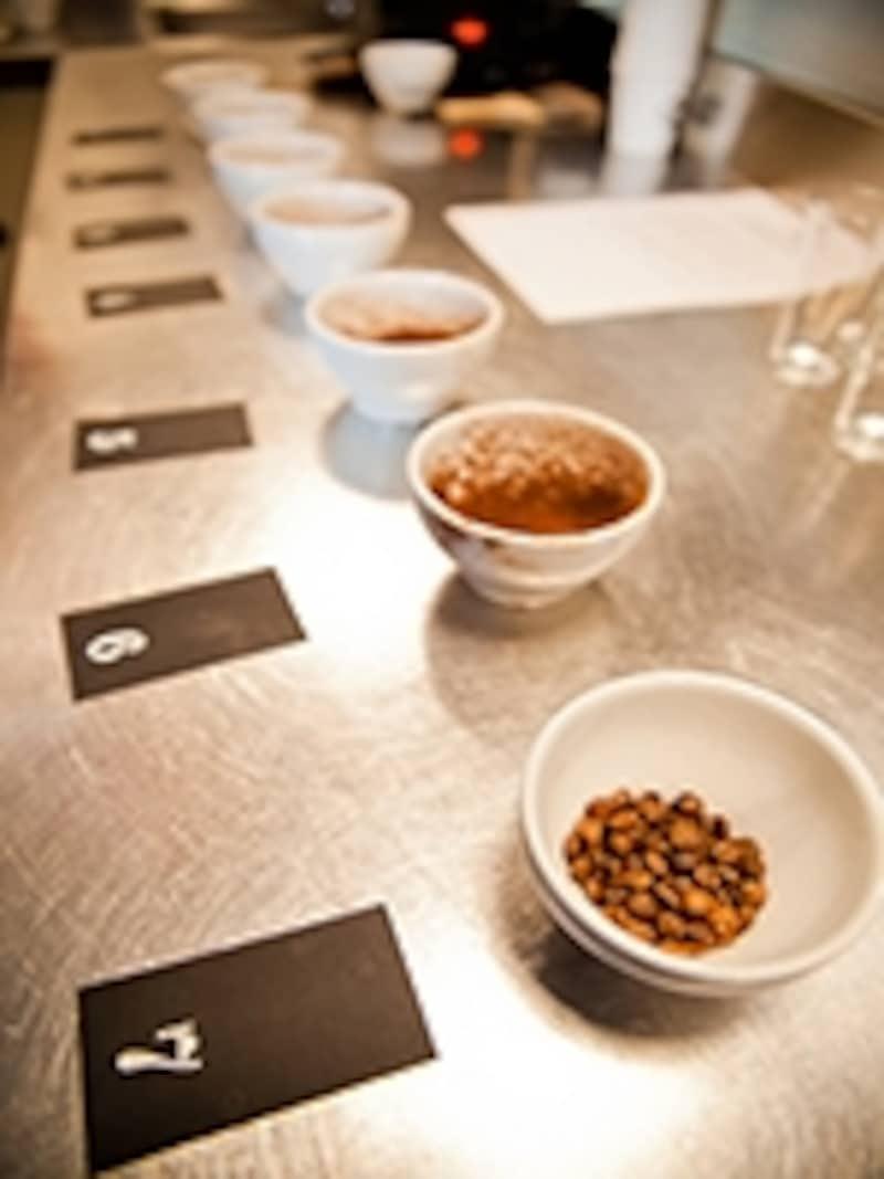 カップの中の挽いたコーヒー