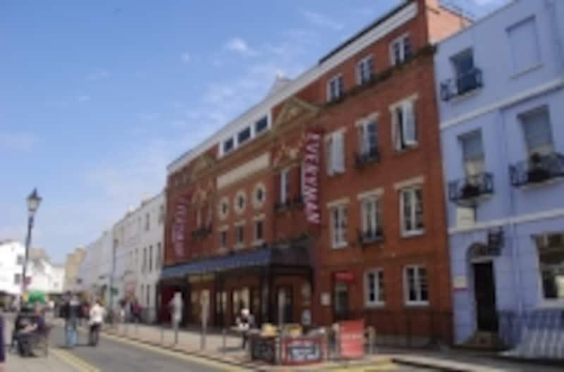 英国の優雅な地方都市チェルトナムの街並みに溶け込んだ劇場Ever