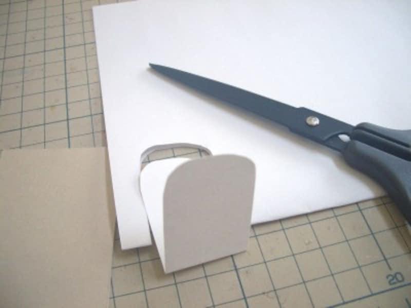型紙用の紙を切る