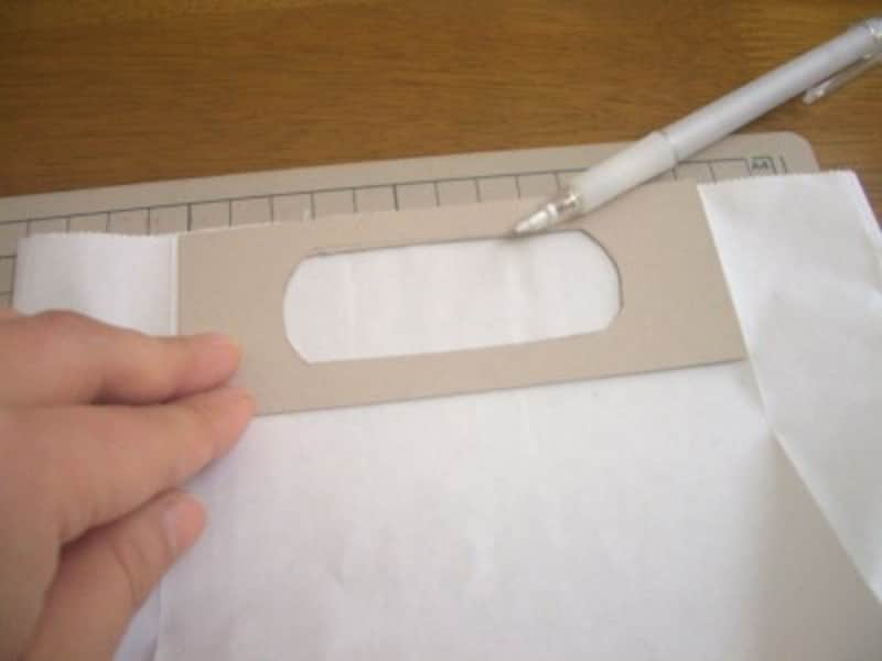 厚紙をあててなぞる