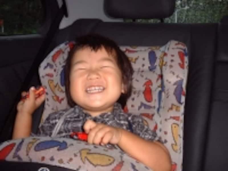 赤ちゃんがチャイルドシートでニコニコ