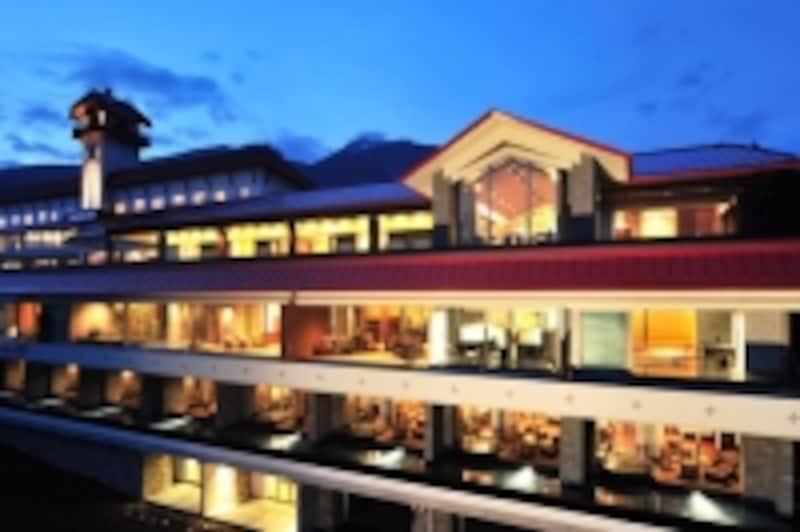 新館の外観。客室は、手すりではなく、水盤で外部との結界を設けているダイナミックな設計(赤倉観光ホテル)