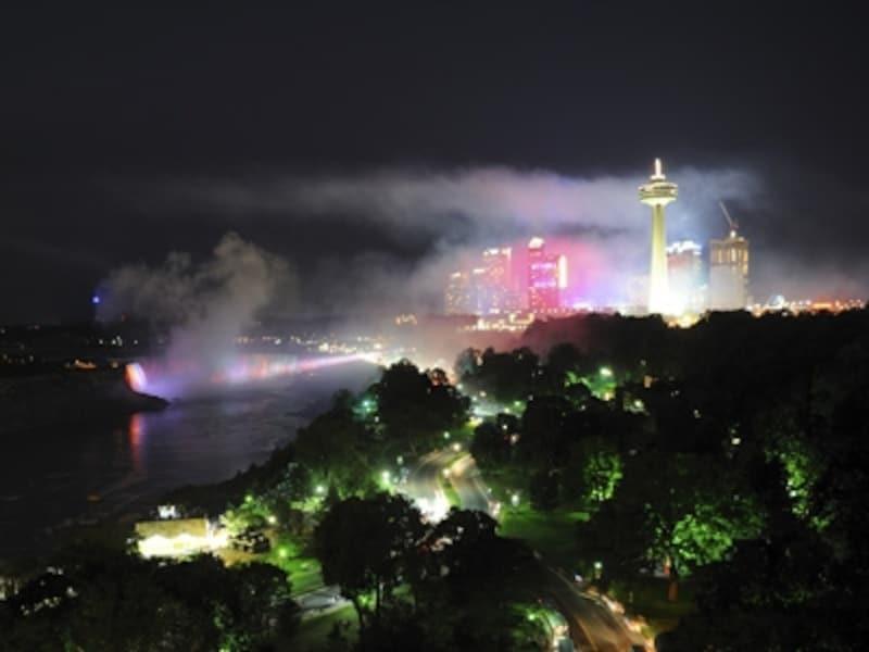 イルミネーションに照らされた滝の風景は、時差で眠くても、頑張るだけの価値あり(C)TourismOntario