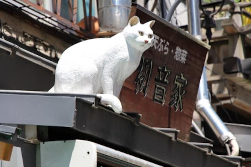 シーンインテリジェントオートundefinedF5.61/250秒ISO100EF-S18-135mmf/3.5-5.6ISSTM135mm(216mm相当)「谷中銀座の守り猫!?」undefined谷中銀座商店街の入り口で見つけた木彫りの猫