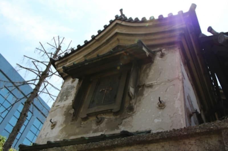 シーンインテリジェントオートundefinedF101/250秒ISO100EF-S18-135mmf/3.5-5.6ISSTM18mm(29mm相当)「蔵の窓」undefined古いお寺に付設している蔵の窓。逆光下でもシーンインテリジェントオードで、ほぼ正確な露出が得られた。ハレーションもほとんど見られない