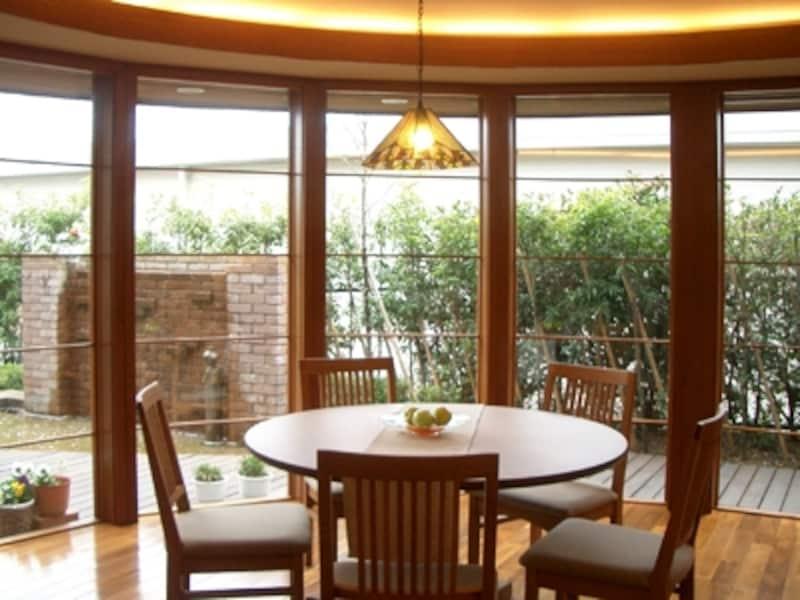 明るく大きなリビングを自宅サロンにリフォームすれば、人が集まる賑やかな家になる(ロイヤルウッド)