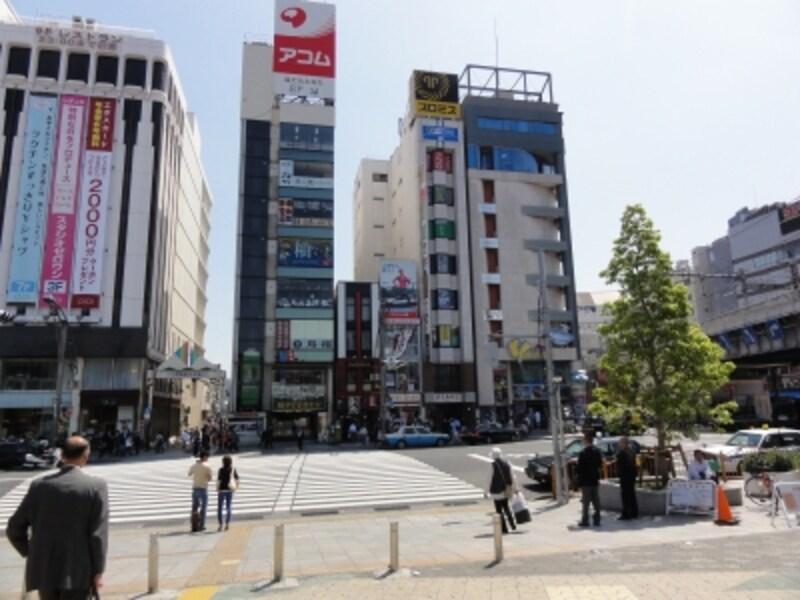 右に見えるのが京浜東北線の高架になる。山手線はその隣を平行して高架になっている。