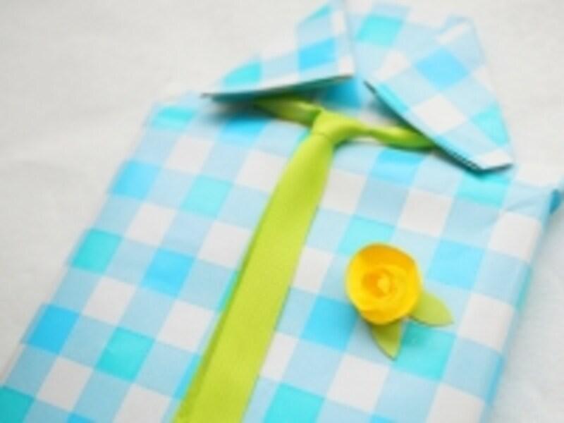 シャツにバラを付ける