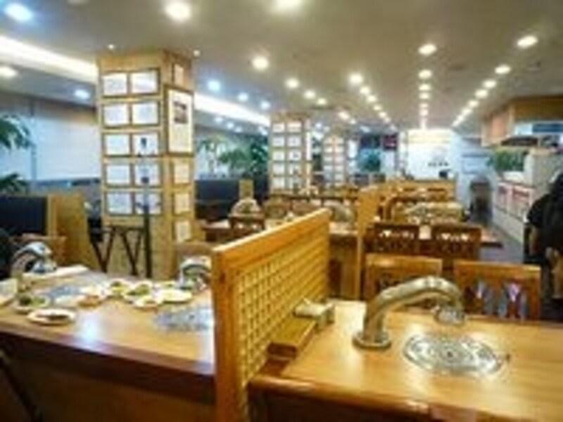 こ綺麗なレストラン、といった感じの雰囲気。芸能人と遭遇できるかも!