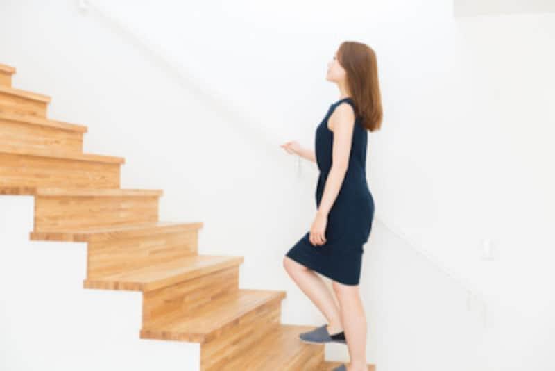 家の階段を使って足踏み