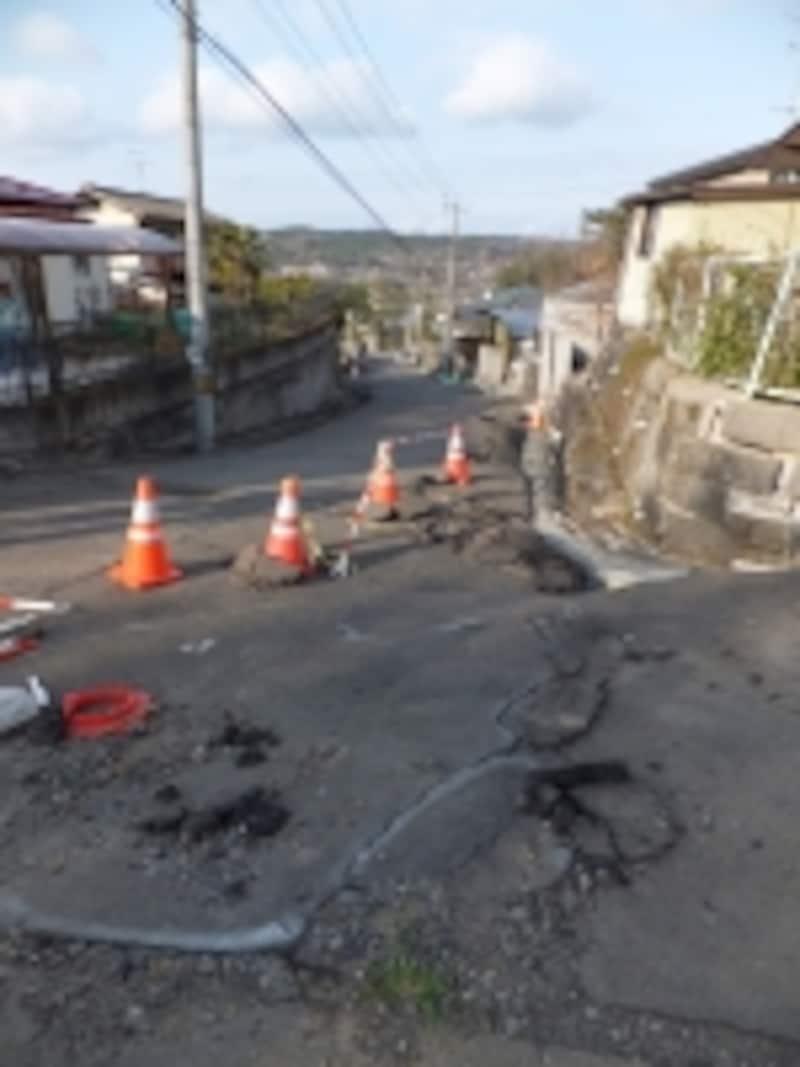 過去の大地震では造成地での地滑り被害が出ている。
