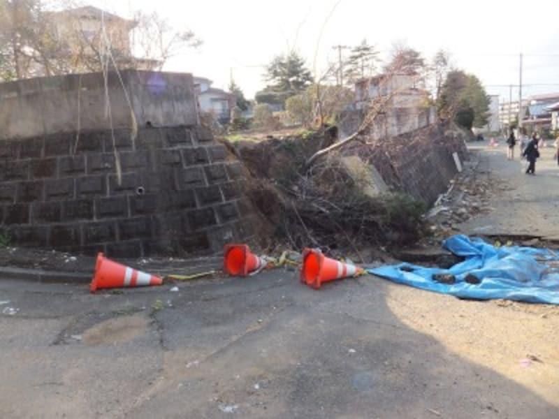 東日本大震災では宅地造成地で地滑りが発生した。