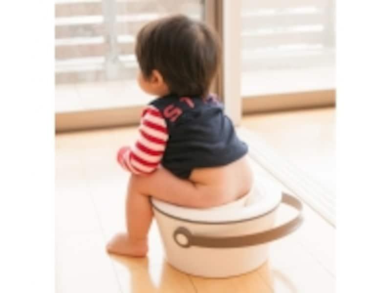 『pottysign』に挑戦中の次男(当時1歳4ヶ月)。つい写真を撮りたくなる不思議なおまるです。
