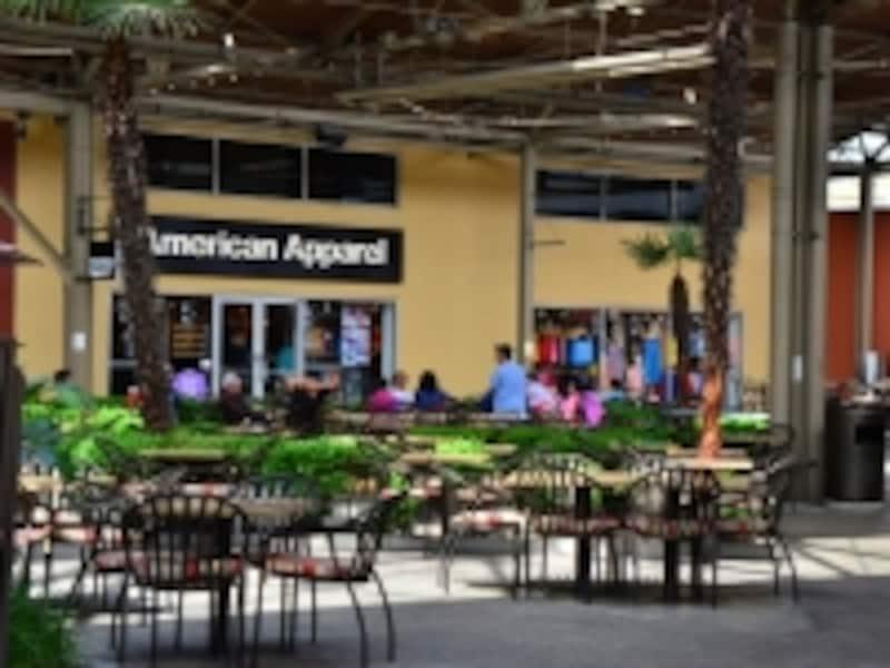 巨大フードコート+10店舗以上のレストランも有!