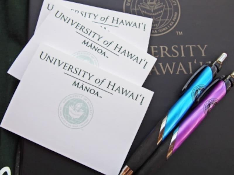ハワイ大学オリジナル付箋紙(1.65ドル)、ボールペン(2.50ドル)