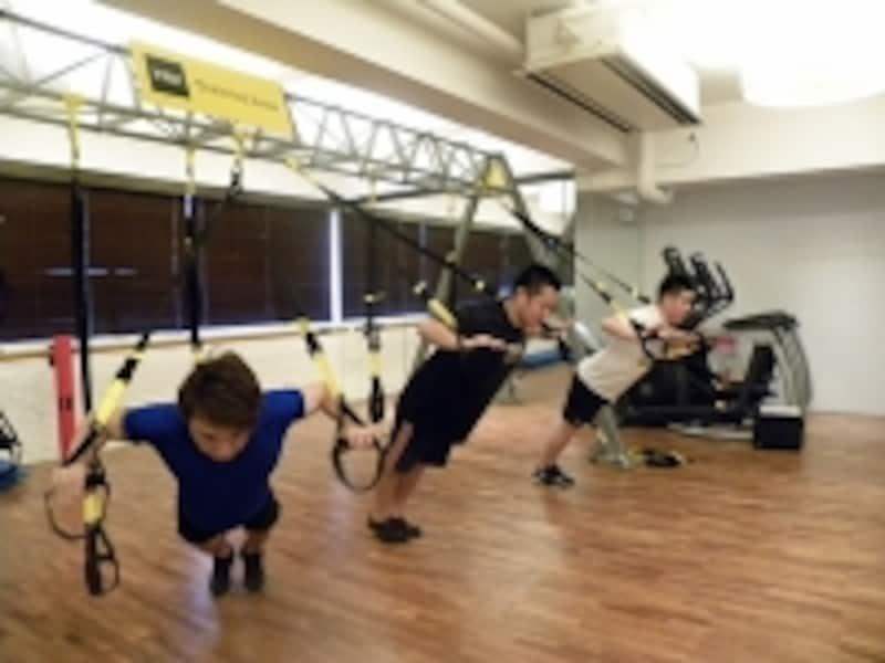 TRXを使うと、やり慣れたトレーニングにも新鮮な感覚が生まれる
