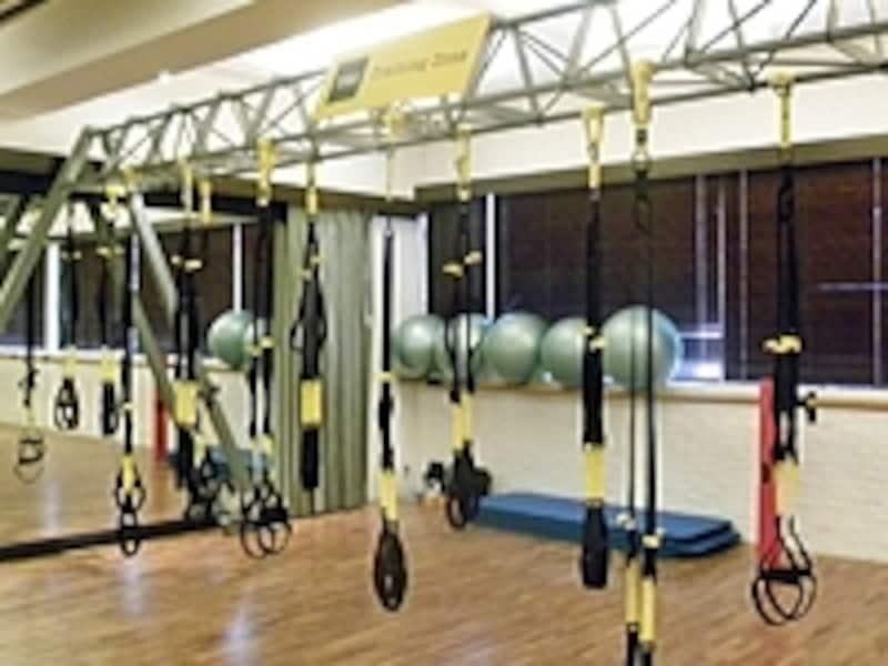 TRXトレーニングスタジオの様子。グループレッスンとして実施される場合も多い