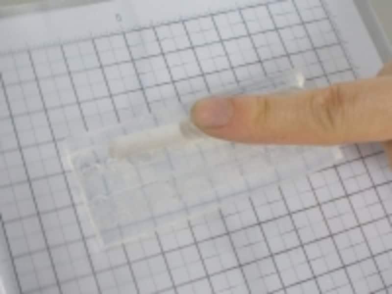銀粘土が型の隅々にまで入るよう、念入りに詰めます。