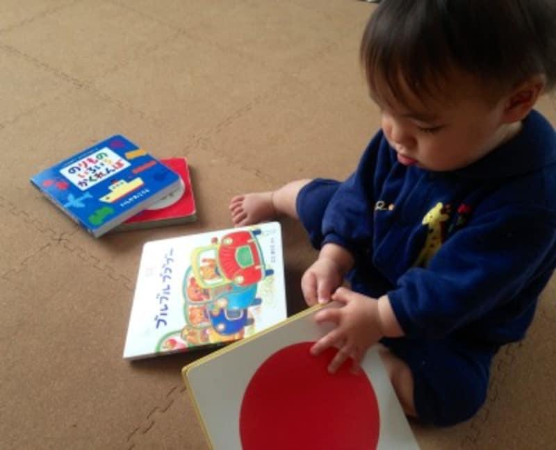 赤ちゃんにもめくりやすいボードブックタイプの絵本