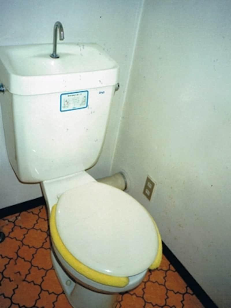 上記マンションのトイレ。陶器なので十分に使用はできるが、こびりついた汚れが気になるところ。
