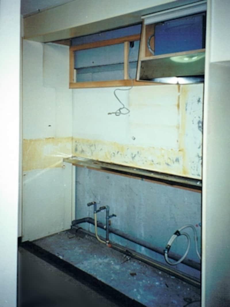 上のキッチンを取り外したところ。給排水管がよく見える(撮影:一級建築士事務所OfficeYuu)