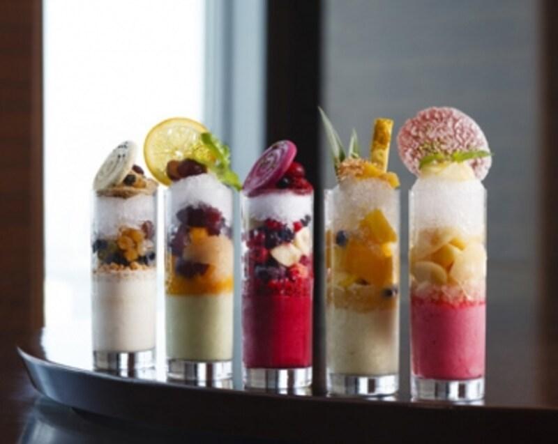 かき氷5種。左から、抹茶、青りんごハーブ、カシス、トロピカルカレー、桃