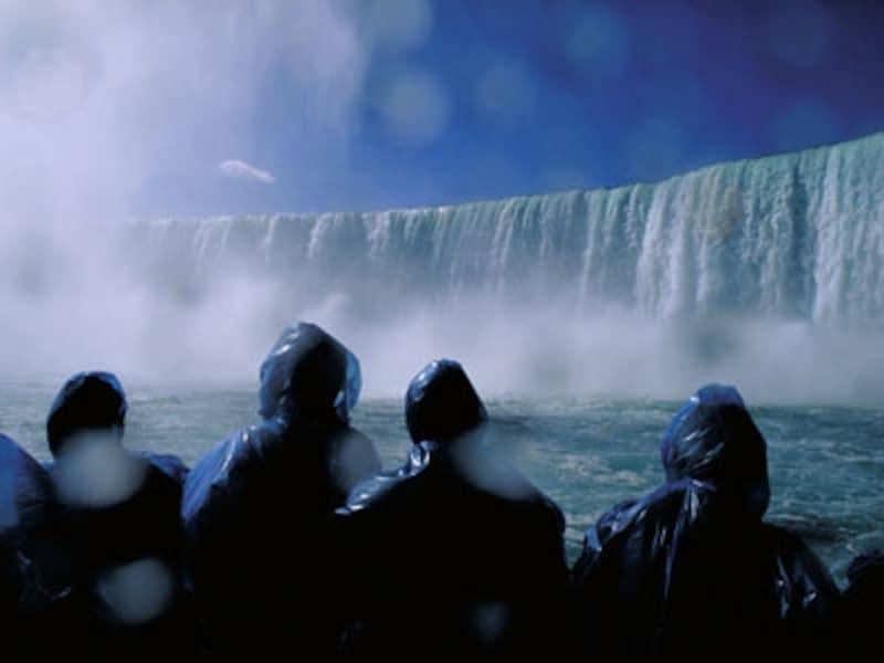 ナイアガラの滝の観光といえば、霧の乙女号は外せないポイント(C)TourismOntario
