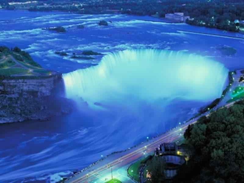 夜はライトアップされるナイアガラの滝undefined(C)TourismOntario