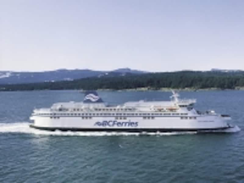 BCフェリーは大型の客船なので、揺れることも少なく、船に弱い人でも安心(C)TourismBC