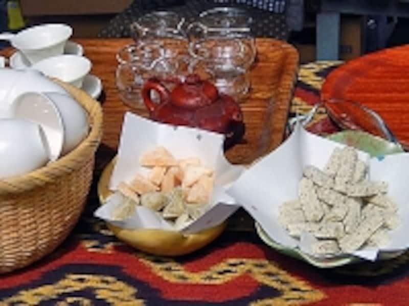 国友農園:りぐり山茶と生姜の金華糖(左)、りぐり山茶と梅のおこし(右)