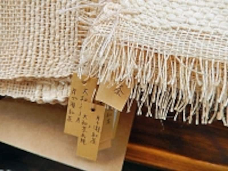様々なお茶の名前の札がつけられた茶染めの布