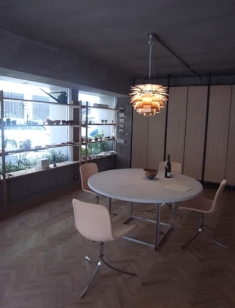 ルイスポールセンのライトが印象的。スルガ銀行による、家具を分割払いで購入できるインテリアローンも導入