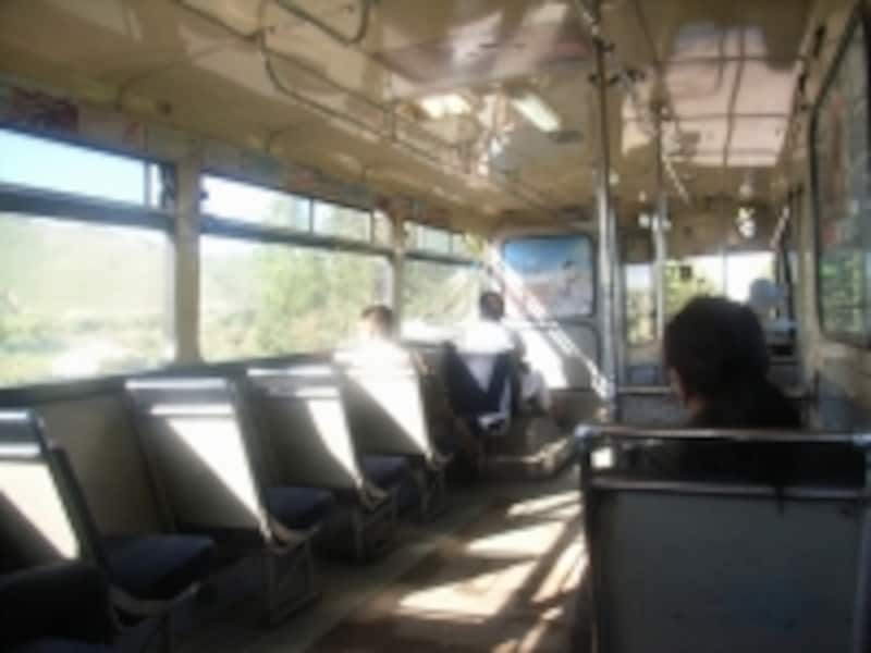 バスの車内。スリに気をつけて!