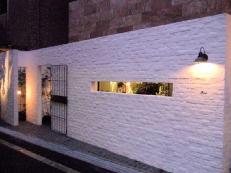 この白い壁が目印