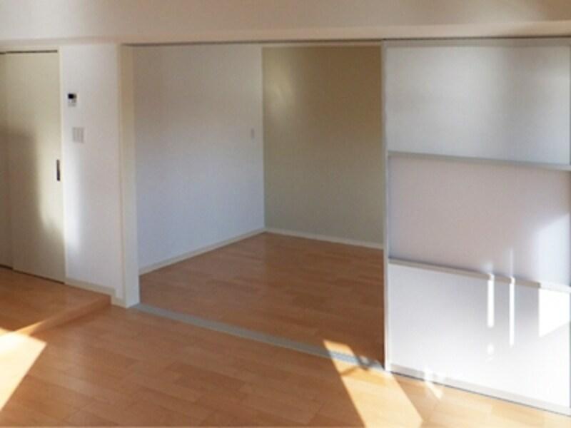 リフォーム途中。半透明のパネルが入ったパーテーションを使ってリフォーム。ワンルームにしたり2部屋にしたり、半分だけ繋げたりなど空間の繋がりを自在にコントロールできる。