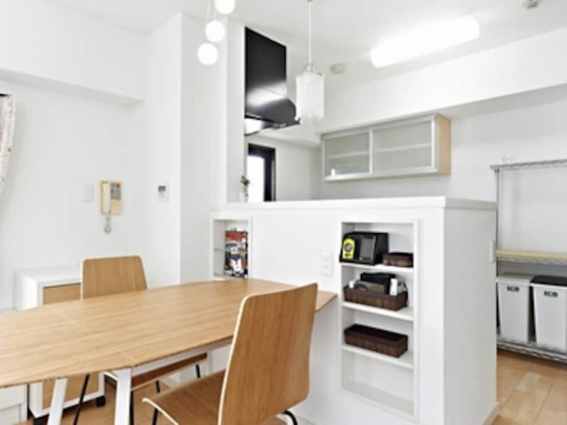 リフォーム後。明るくなったキッチン。壁の厚みを活用した埋め込み収納を取り付けるなど、各所に収納の工夫が見られる。(埋め込み収納・マガジンラック・対面カウンター/セフィット)