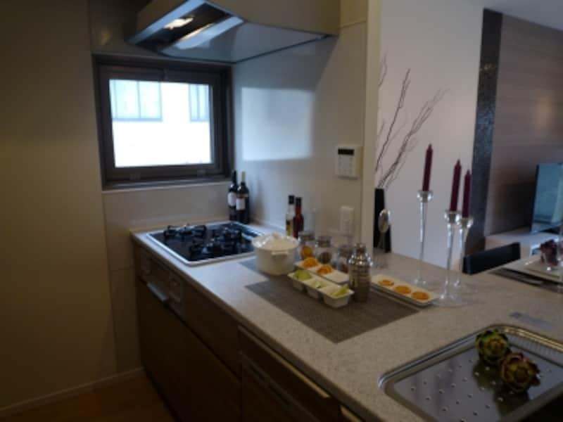 調理スペースが広くスライド収納でものを出し入れしやすい、オリジナルのキッチンを採用
