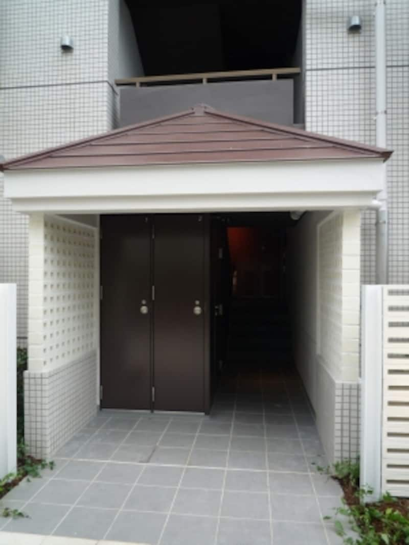 建物は4階建てでエレベーターはないが、1階の階段室にトランクルームを設置するなど使い勝手に配慮している